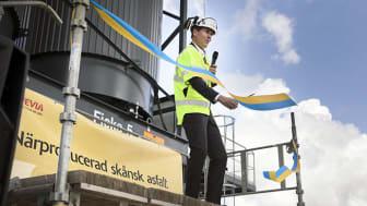 Anders Gustafsson, Svevias vd, inviger det nya asfaltverket i Hurva.