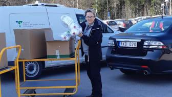 Ingrid Svensson, Health and Safety Manager på NEVS lämnar över skyddsutrustning till sjukvården.