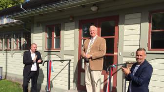 Blekinges Landshövding Sten Nordin inviger Projektkontor Gribshunden c/o Kallvattenkuren. Assisterar gör Roger Fredriksson, kommunalråd i Ronneby och Jesper Rehn, ordförande Blekinge Museum.