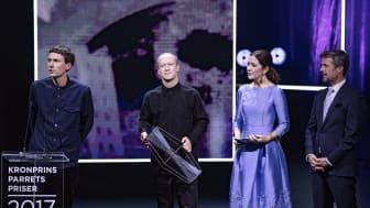 Komponist-duoen Den Sorte Skole modtager Kronprinsparrets Kulturpris 2017 for deres visionære arbejde, der udføres med stor fantasi og kreativitet. Den Sorte Skole består af Martin Højland (tv) og Simon Dokkedal (th), som her modtager prisen.