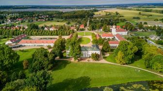 Zurückhaltende Eleganz und Weitläufigkeit prägt das Ensemble von Schloss Neuhardenberg. Foto: Fotokraftwerk.