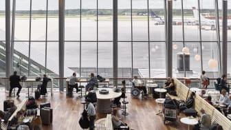 Resenärer i Sky City, Stockholm Arlanda Airport. Foto: Brendan Austin.
