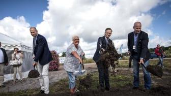 Med första spadtaget togs första steget. Från vänster: Martin Wänblom (VD, Innovatum), Marie Dahlin (kommunstyrelsens ordförande i Vänersborg), Mikael Damberg (Närings- och innovationsminister), Martin Lindwall (VD Lindwalls bygg AB)