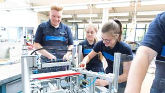 Technische Auszubildende von Westfalen Weser Netz bei Projekt- und Teamarbeit