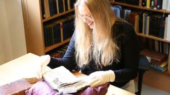 Forskarvärlden har fått upp ögonen för samlingarna. Sanna Raninen från Finland forskar på musikalier och hittade många spännande volymer vid sitt besök i Skara.