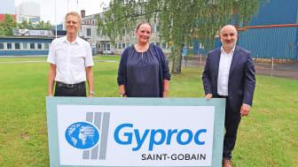Göran Eander, Liselotte Grahn Elg och André Limon utanför Gyprocs fabrik i Bålsta