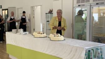 Liselott Blixt havde både medbragt kager og flotte ord til personalet på Langagergård Plejecenter