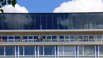 Blick vom Augustusplatz auf die Terrasse der Felix Kantine im Lebendigen Haus