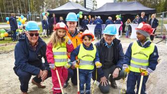 Glada barn från Vallby Förskola och representanter från Mimer och Peab svarade för invigningen av Matboden i Västerås.