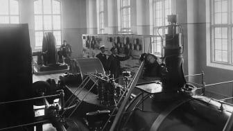 En av bilderna i utställningen - interiör på Lövholmens ångsågverk.    Foto: Från Järnvägsmuseets bildarkiv