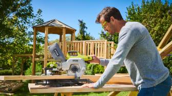 Akkukäyttöisellä sahalla puuta voi työstää missä tahansa tehosta tinkimättä.