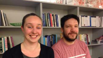 Airi Lampinen och Donald McMillan pratar om julmys via Skype och  virtuellt julpyssel. Foto: Elsa Helin