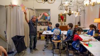 Konstnären Jafer Taoun håller konstworkshop med barn i Drömmarnas hus ateljé