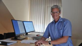 Bequeme Arbeitsposition: Am höhenverstellbaren Schreibtisch und stets mit Knopf im Ohr stößt Fritz Mattejat in seinem Büro im Horschmühlenweg in Treysa neue Prozesse in der Jugendhilfe an.