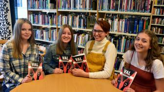 Fyra av deltagarna i skrivartävlingen, från vänster: Alice Dalevi, Sanna Jonsson, vinnaren Matilda Block och Ingrid Österling.