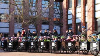 Børn og pædagoger fra område Hestkøb i deres nye el-ladcykler