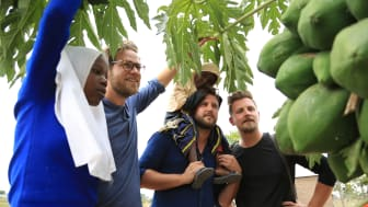 Olle Bergel, Jens Lindwall och Anders Gabrielsson i Solala tittar på träd som odlats av Fatuma och Thabo Yasin och deras familj i Mara, Tanzania