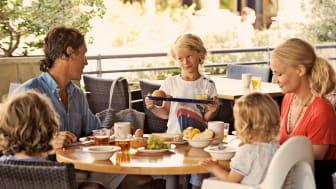 Selv de mest kræsne børn kan få sulten stillet på en ferie – om ikke andet så i frisk frugt. Mange familieresorts tilbyder buffeter for børn.