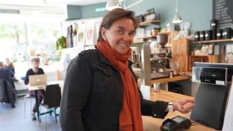 LANSERT: Administrerende direktør i Fana Sparebank, Lisbet K. Nærø, er fornøyd med at banken nå lanserer betaling med klokke og mobil. Foto: Fana Sparebank