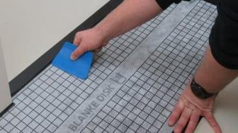 Nu kan håndværkere vådrumssikre og sætte fliser op på én og samme dag