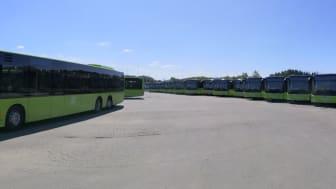 Busser fra Vy Buss venter på siste klargjøring før de settes ut i trafikk i Asker fra søndag 28. juni