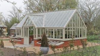 Botanic Manor i äggskalsvit och fullt utrustad med kallbänkar och bord