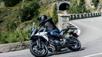 「TRACER900 ABS」 ※写真は海外で撮影されたものを一部合成しています。 交通法規、仕様が一部国内と異なります。
