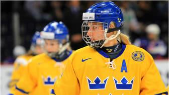 Olympiern Danijela Rundqvist vid ett tidigare skolbesök med Jorden Runt-loppet för en bättre värld.