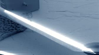 På mikroskopfotografiet ser vi en traditionell nål och KTH-forskarnas mikronål (den lilla i det vänstra övre hörnet) i en storleksjämförelse.