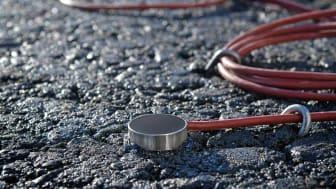 Die aus Sensoren gewonnenen Daten liefern Aufschluss über das Tragverhalten von Asphaltbefestigungen in Abhängigkeit von Verkehrsbelastung, Feuchtigkeit und Temperatur.  copyright: STRABAG AG
