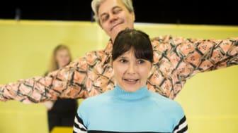 """När skådespelaren Aja Rodas var liten satt hennes pappa i fängelse. Nu spelar hon sig själv i en föreställning riktad till mellanstadiebarn vid namn """"Det ingen får veta om pappa"""" ."""