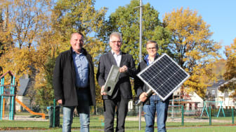 Andreas Ruprecht, Bereichsleiter Beleuchtung WWN, Bürgermeister Hans Jürgen Wessels und Florian Wiesing, Projektleiter Straßenbeleuchtung WWN mit den Hauptkomponenten der Solarleuchte.