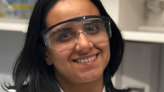 Här visar MIT-forskaren Malvika Verma upp en version av läkemedelsspiralen.