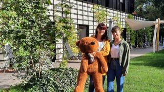Jana und Klara Meinhardt im Familiengarten des Kinderhospizes Bärenherz