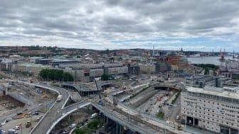 Götaälvbron har nu rivits där Hisingsbron ska korsa den gamla bron. På torsdag morgon, den 1 juli, ska den sista pusselbiten till Hisingsbrons kollektivtrafikbro manövreras på plats.