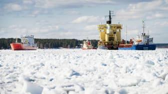 Isen ställer till stora problem för sjöfarten i Luleå hamn. Foto: Luleå hamn