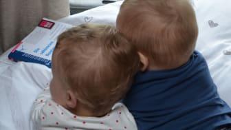 Die Zwillinge genießen den Caravan