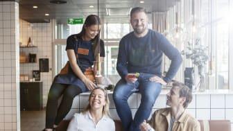 Skål i kaffe! Mathilda, Anna, Anders och Mattias firar segern i Digital PR Awards.