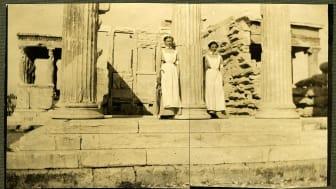Tempelsjuksköterskor speglar sina systrar karyatiderna till vänster i bilden.