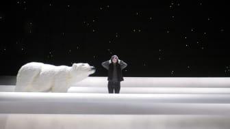 """Klockan 13 auktionerar Göteborgs Stadsteater ut isbjörnen som var med i """"In a dark and northern place"""" på Backa  Teater 2005. På bilden även Ylva Gallon. Foto Ola Kjelbye."""