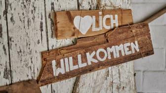 """Hayingen: """"Velkommen""""-skilt i restauranten på det økologiske ROSE-hotel © DZT/ Florian Trykowski"""