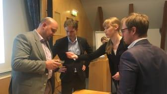 Foto: Dr.-Ing Kristian Arntz och Dr.-Ing Johannes Witzel samt två  seminariedeltagare från SAAB.