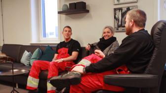 Her får de befarne skibsassistenter Claus Rexen Petersen (til højre) og Peter Færgemann Mortensen (til venstre) en snak med Reception Manager Tina Roloff, som har stået for indretningen af crew centeret.