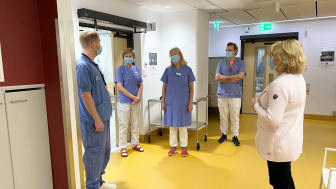 Irene Svenonius (M) tillsammans med medarbetare på Karolinska universitetssjukhuset