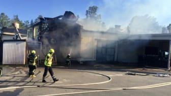 Räddningstjänsten i Hultsfreds kommun och Höglandets räddningstjänstförbund på plats vid branden i Kvillsfors.
