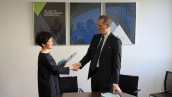 Thea Tsulukiani, Georgiens justitieminister, och Alexis Mourre, ordförande i ICCs Skiljedomstol skakar hand efter att ha signerat avtalet som ska stärka tvistlösningssystemet i Georgien