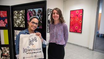 Konstnärerna Azadeh E. Zaghi och Ida Liffner hälsar bergsjöborna tillbaka till spännande aktiviteter på Allas Ateljé i Bergsjöns centrum på Rymdtorget.