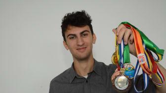 Benjamin Muntz med alle sine medaljer fra diverse talentkonkurrencer.