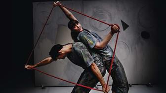 Claroscuro spelas som Fika Titta Dansa-föreställning på Skånes Dansteater söndag 5 mars.