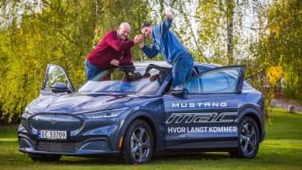 Rekkevidderekord: Knut Wilthil (til venstre) og Henrik Borchgrevink (til høyre) kjørte nye Mustang Mach-E 807,2 km uten å lade.